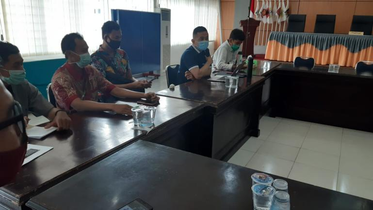 Tim IT Bapaslon Fakhrizal - Genius Umar, Haris bersama yang lain mempertanyakan proses Verfak berkas dukung kepada KPU Sumbar, Selasa (7/7). (Dok : Istimewa)