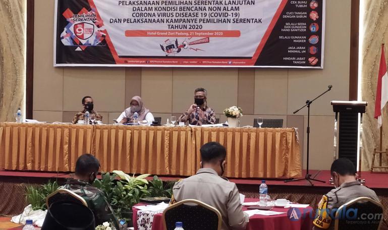 Anggota KPU Sumbar Izwaryani saat memaparkan beberapa aturan terkait pelaksanaan pilkada 2020 di Sumbar, di Padang, Senin (21/9). (Foto : Amz)
