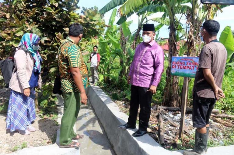 Wakil Wali Kota Pariaman, Mardison Mahyuddin saat meninjau pengerjaan drenase di Desa Rawang, Kecamatan Pariaman Tengah, Jumat (21/5). (Dok : Istimewa)