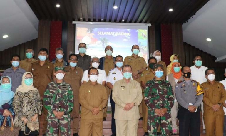 Wagub Sumbar Nasrul Abit bersama para OPD saat rakor evaluasi Trans Mentawai dan KEK di kabupaten itu, Senin (18/1). (Dok : Istimewa)