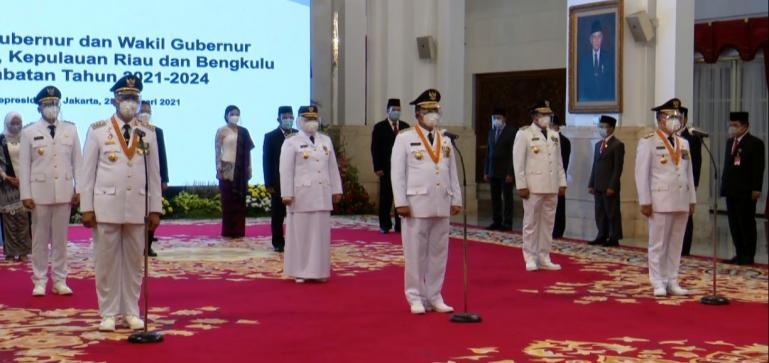 Mahyeldi Ansharullah - Audy Joinaldy saat dilantik Presiden RI Joko Widodo sebagai Gubernur dan Wakil Gubernur Sumbar, Kamis (25/2). (Dok : Istimewa)