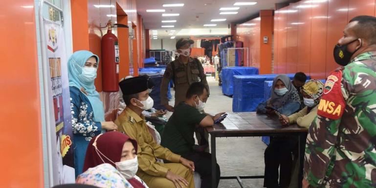 Wali Kota Pariaman, Genius Umar memantau langsung pelaksanaan vaksinasi Covid-19 bagi pengunjung dan pedagang di Pasar Rakyat Pariaman, Selasa (6/7). (Dok : Istimewa)
