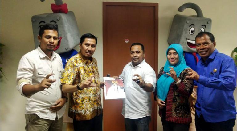 KI Sumbarmenyerahkan Laporan Kerja 2019 kepada Komisioner KI Pusat di Kantor KI Pusat. (Foto : forumsumbar.com/dok)