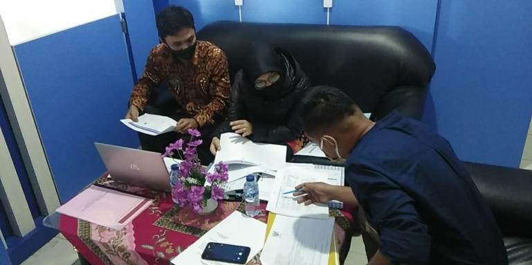 Tim Visitor KI Sumbar, Kiki Eko Saputra tengah menguji dokumen di PPID Utama Pemko Padang Panjang, Kamis (8/10). (Dok :  Kisb)