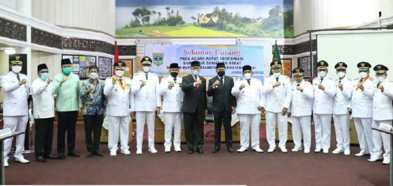 Mahyeldi pimpin rakor percepatan pembangunan Sumbar dengan para bupati dan wali kota di Padang, Jumat (26/2). (Dok : Istimewa)