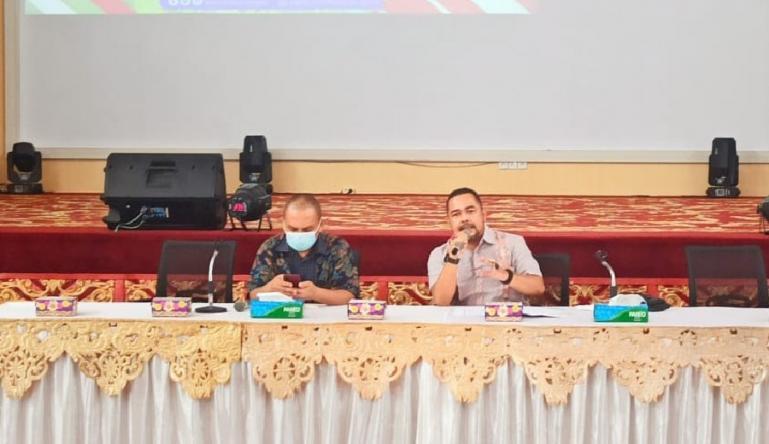 Komisioner KI Sumbar, Adrian Tuswandi saat jadi pembicara dalam workshop penyusunan daftar informasi publik, yang diadakan di Painan Convention Center, Kamis (8/4). (Dok : Istimewa)