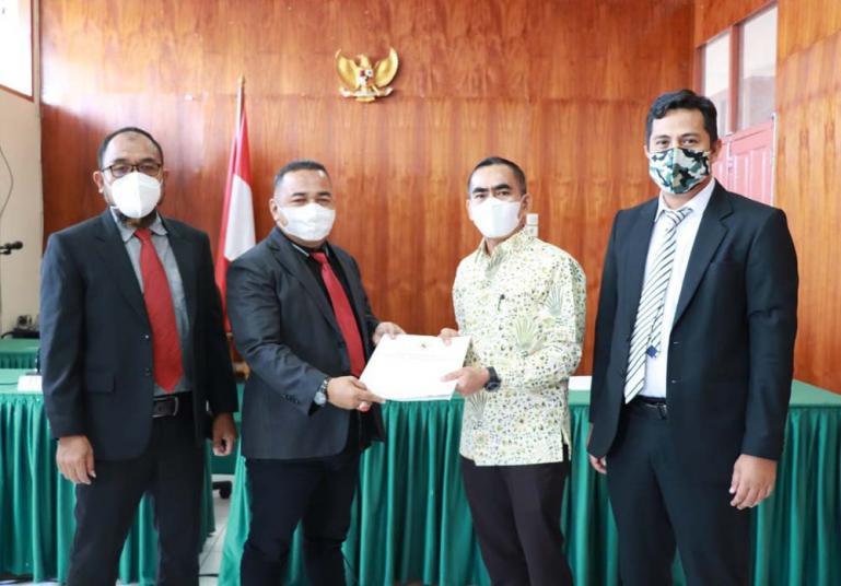 Utusan termohon BPN Sumbar saat menerima salinan putusan dari Majelis sidang KI Sumbar, Kamis (4/2). (Dok : Istimewa)