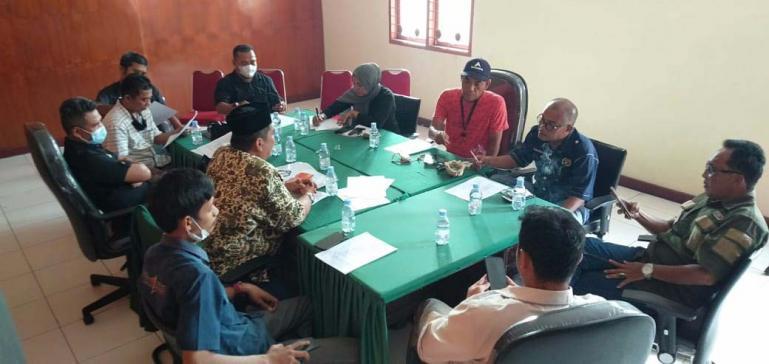 Pengurus dan anggota FJKIP Sumbar lakukan rapat persiapan pelaksanaan workshop keterbukaan informasi publik bagi nagari di Sumbar, Selasa (26/1). (Dok : Istimewa)