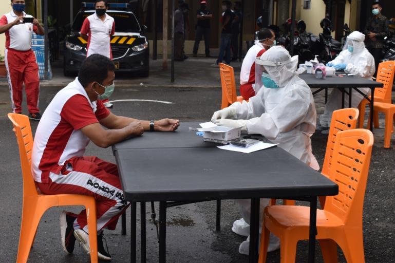 Personel Polres Bukittinggi jalani pemeriksaan Swab dan rapid test di halaman polres, Sabtu pagi (11/4). (Foto : Dok. Polres Bukittinggi)