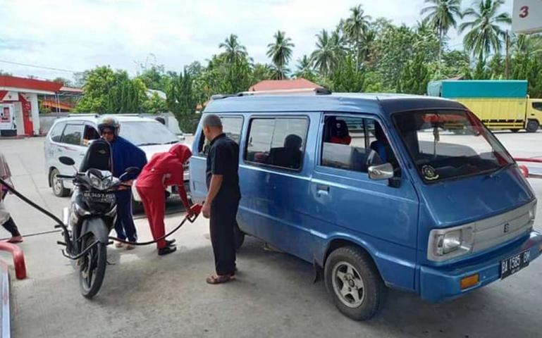 Seorang konsumen BBM kendaraannya dengan Pertamax Turbo di salah satu SPBU di Kota Padang, Jumat (7/8). (Dok : Istimewa)