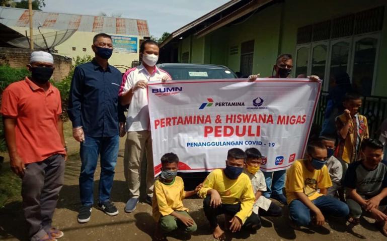 PT Pertamina Sumbar bersama Hiswana Migas saat santuni para anak yatim jelang Lebaran, Kamis (21/5). (Dok : Istimewa