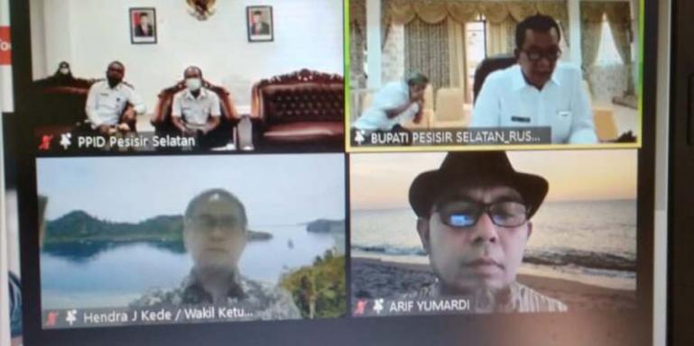 Bupati Pessel Rusma Yul Anwar ikut saksikan zoom meeting rakor PPID Pembantu di Pessel dengan pemateri antara lain Wakil Ketua KI Pusat, Hendra J Kede, Rabu (21/7). (Dok : Istimewa)