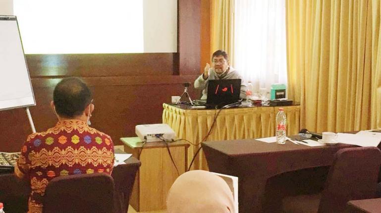 Guru Besar Fakultas Ekonomi dan Bisnis UGM, Prof Indra Bastian saat berikan dalam pelatihan mediator tentang Administrasi Publik, di Yogyakarta, Rabu (2/11). (Dok : Istimewa)