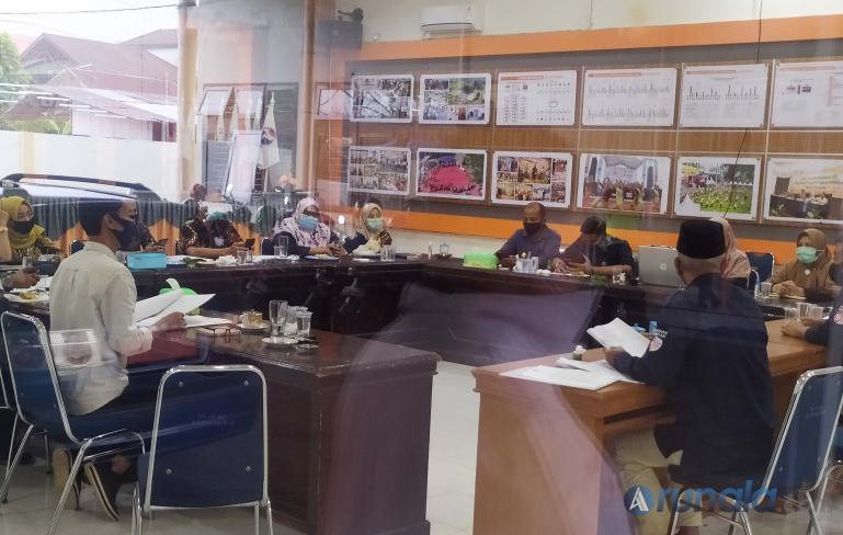 Para komisioner KPU Sumbar bersama Kesekretariatan lakukan rapat pleno tertutup tentang penetapan calon, Rabu (23/9). (Foto : Amz)