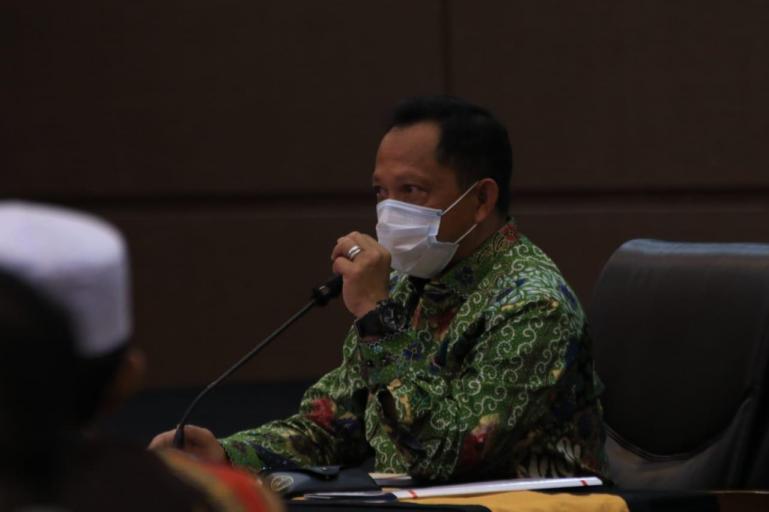 Mendagri Tito Karnavian saat beri paparan pada Rakor Kesiapan Pilkada Serentak Tahun 2020 dan Pengarahan kepada Satgas Covid-19 di Hotel Inna Padang, Selasa malam (25/8). (Dok : Istimewa)