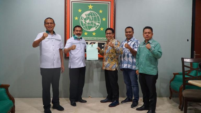 Bapaslon Fakhrizal-Genius Umar didampingi Ketua DPW PKB Sumbar Febby Dt Bangso saat menerima rekomendasi dukungan DPP PKB dari Ketua DPP PKB Bidang Eksekutif Legislatif, Abdul Kadir Iskandar, di Jakarta, Kamis malam (3/9). (Dok : Istimewa)