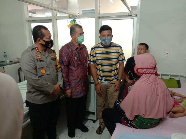 Wakil Gubernur Nasrul Abit bersama Kapolda Irjen Pol Toni Harmanto saat meninjau pasien bibir sumbing di Rumkit Polda Sumbar, Selasa (28/7). (Dok : Istimewa)