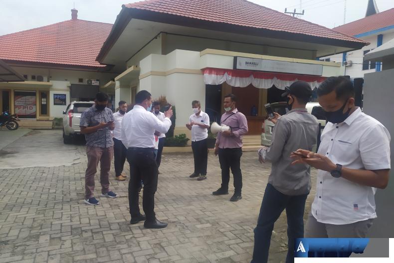 Terlihat Kasat Intelkam Polresta Padang Kompol Jon Hendri saat beri pengarahan kepada Koordinator umum aliansi Ahmad Hanafi menyangkut STTP yang tidak dimilki aliansi ini saat gelar aksi di KPU dan Bawaslu Sumbar, Senin (21/9). (Foto : Amz)