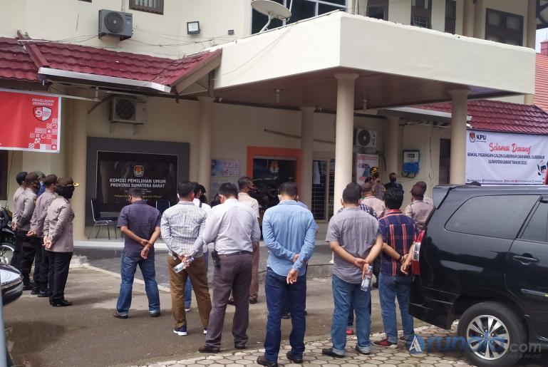 Kabag Ops Polresta Padang Kompol Alwi saat gelar Apel pengamanan di Kantor KPU Sumbar, Minggu (6/9). (Foto : Amz)