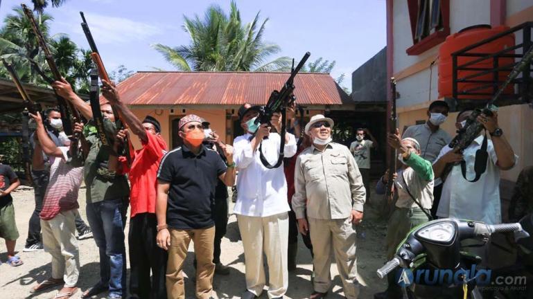 Cagub Sumbar Nasrul Abit saat bersama politisi Sijunjung Arival Boy saat berkunjung ke Kabupaten Sijunjung, Selasa (20/10). (Dok : Istimewa)