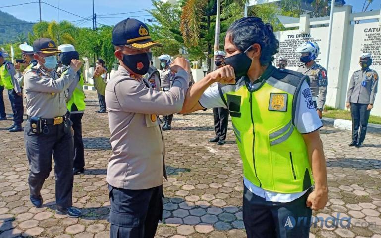 Kapolres PesselKapolres Pessel AKBP Sri Wibowo saat membentuk tim pemburu pelanggar protokol kesehatan di Pessel, Rabu (30/9). (Foto : Rio)