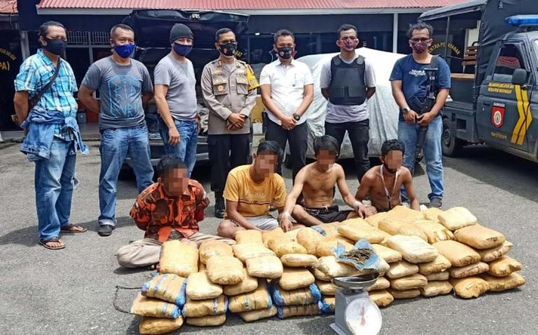 Empat pelaku pengedar ganja asal Kota Padang bersama barang bukti 100 paket ganja kering siap edar berhasil ditangkap Polres Payakumbuh, Selasa siang (6/10). (Dok : Istimewa)
