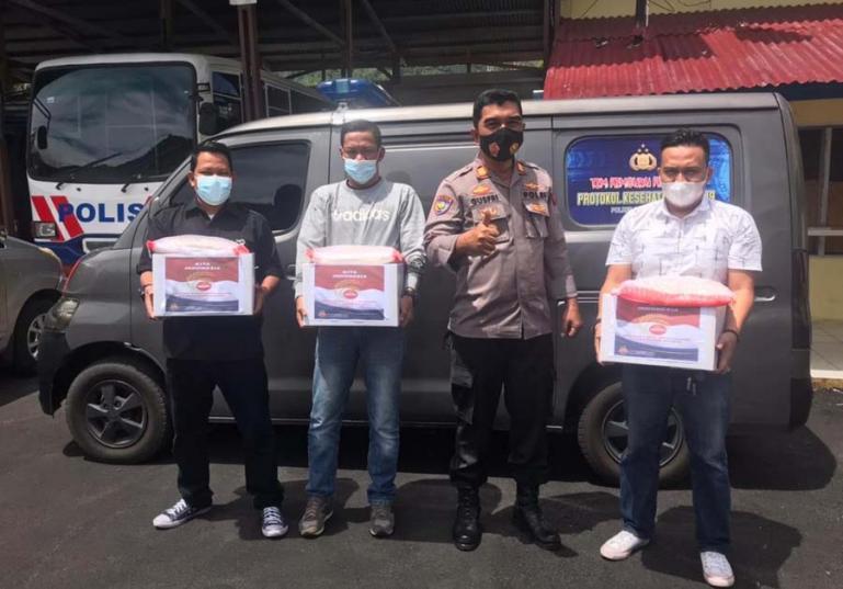 Kasat Binmas Polres Pessel, AKP Gusfriandi saat menyerahkan paket bantuan kepada rekan wartawan di Painan, Kamis siang (5/8). (Dok : Istimewa)