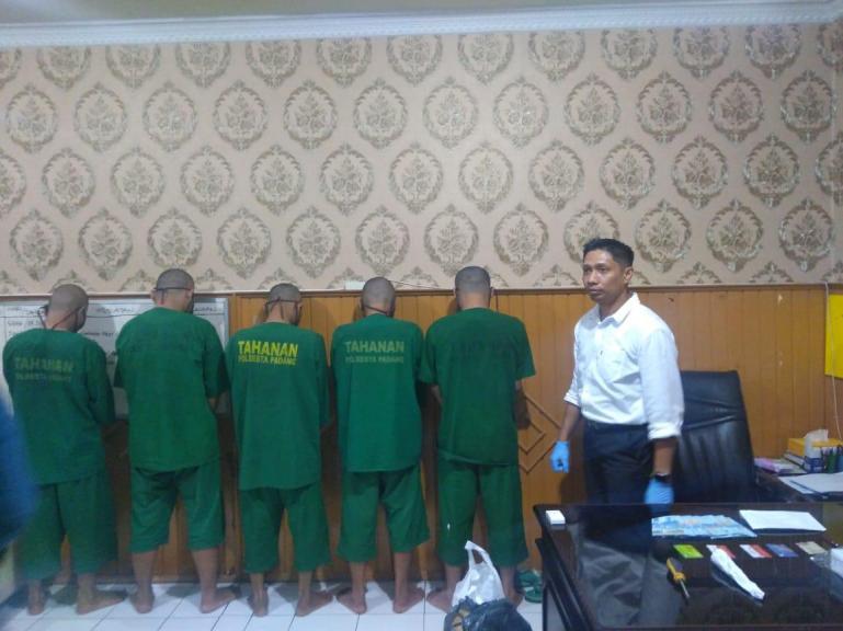 Lima kawanan pembobol mesin ATM saat ini ditahan di Polresta Padang, Minggu (21/6). (Dok : Istimewa)