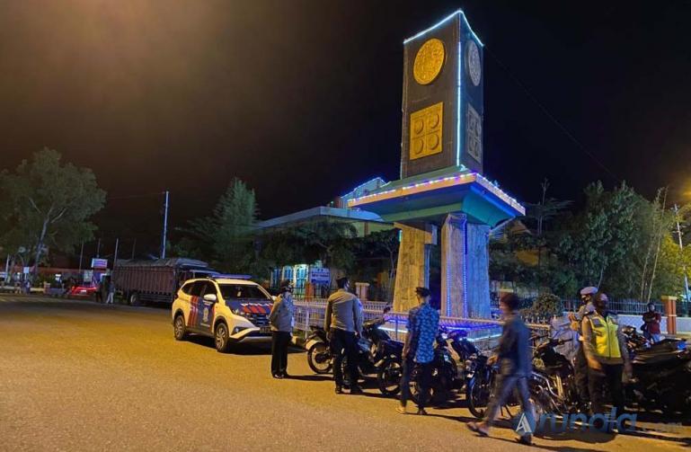 Suasana razia yang digelar Polres Pessel dalam rangka operasi cipta kondisi di kawasan Tugu Adipura depan Makodim Pessel, Sabtu malam (16/1). (Foto : Rio)