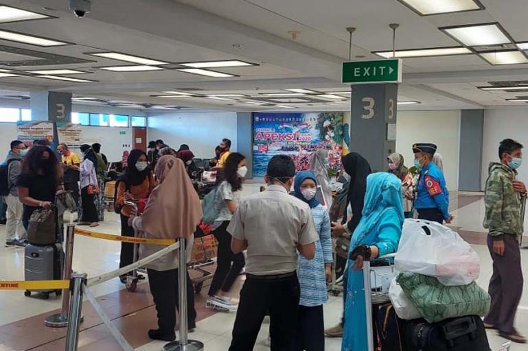 Suasana pemeriksaan dokumen perjalanan dari penumpang pesawat di BIM. (Dok : Istimewa)