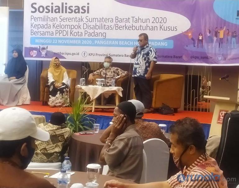 Ketua PPDI Kota Padang Icun Suhaldi saat menyampaikan keluhan kelompok Disabilitas kepada KPU Sumbar tentang Hak dan kendala mereka memilih, di Padang, Minggu (22/11). (Foto : Arzil)