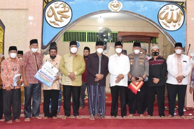 Gubernur Sumbar Mahyeldi disambut Wali Kota Pariaman Genius Umar saat melakukan Safari Ramadan di Masjid Raya Taluak, Kecamatan Pariaman Selatan Kota Pariaman, Minggu (2/5) malam.  (Dok :Istimewa)