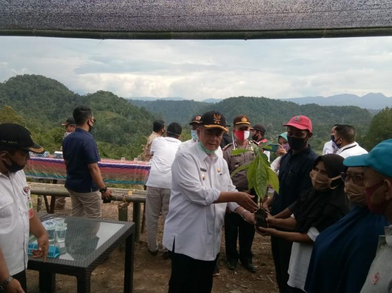 Wagub Nasrul Abit saat serahkan bantuan bibit buah kepada masyarakat Nagari Pagadih, Rabu (29/7). (Dok : Istimewa)