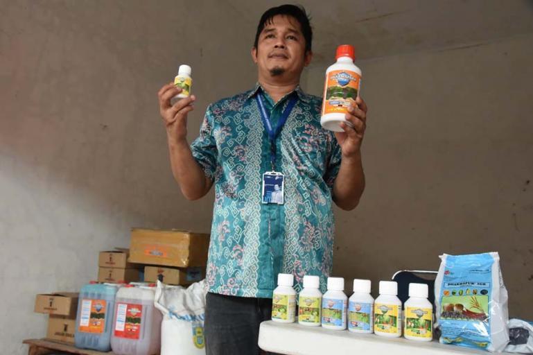 Sales manager pupuk dan pestisida PPI Padang, Asep Yoni Saputra saat menerangkan bermacam jenis pestisida dan ukurannya saat awal beroperasinya perusahaan pupuk itu di Kota Pariaman, Rabu (19/5). (Dok : Istimewa)