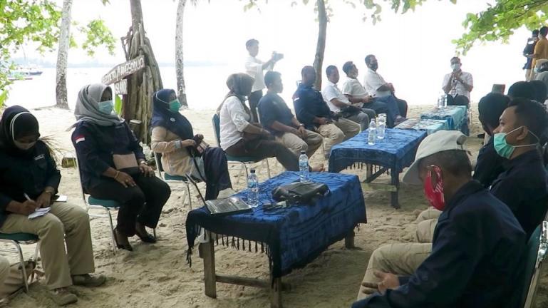 Jajaran Dinas Parbud Pariaman adakan metting outdoor di Pulau Angso Duo, Rabu (3/3). (Dok : Istimewa)