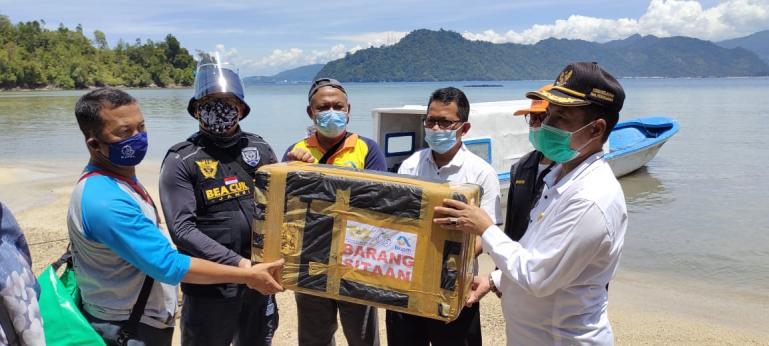 Kadis DKP Sumbar Yosmeri bersama Bea Cukai Jambi dan lainnya melepas benih Lobster sitaan Bea Cukai di  perairan Sungai Pinang, Rabu siang (24/2). (Dok : Istimewa)