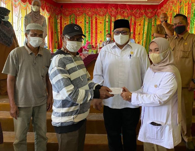 Penyerahan buku tabungan bedah rumah dari aspirasi Andre Rosiade kepada warga penerima manfaat di Nagari Batipuh Baruah, Kecamatan Batipuh, Tanahdatar, Senin (30/8) (Dok : Istimewa)
