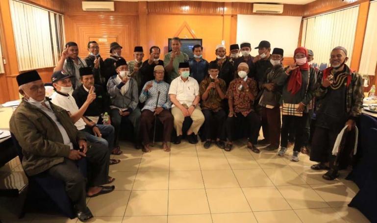 Para tuo silek dari puluhan sasaran silek di Kabupaten Padangpariaman saat bersama Cagub Sumbar Nasrul Abit, Selasa malam (10/11). ( Dok : Istimewa)