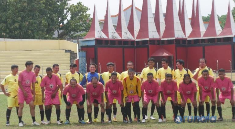 Tim PWI Sumbar berfoto bersama dengan All Star Semen Padang FC dan PWI Riau sebelum laga dimulai, di Stadion Haji Agus Salim, Sabtu (10/4). (Foto : Can)