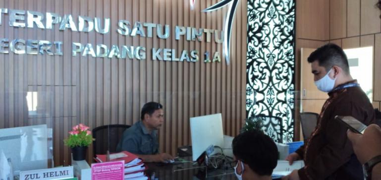 Penyerahan berkas perkara suap yang menjerat Bupati Solok Selatan oleh tim JPU. (Dok : Istimewa)