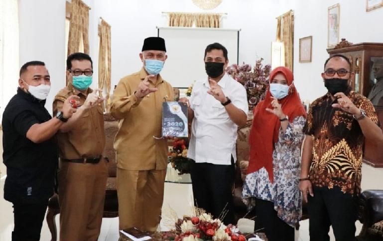 Gubernur Sumbar Mahyeldi saat menerima kunjungan KI Sumbar di Istana Gubernur Sumbar, Senin (29/3). (Dok : Istimewa)