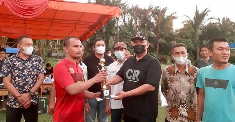 Wawako Pariaman, Mardison Mahyuddin serahkan tropi juara I kepada tim  Ramadhan FC Padang, Kamis (16/9). (Dok : Istimewa)