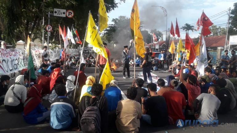 Ratusan Mahasiswa dari aliansi Cipayung Plus gelar demo dan orasi tolak UU OmnibisLaw di depan kantor Gubernur Sumbar, Kamis (15/10). (Foto : Heru)