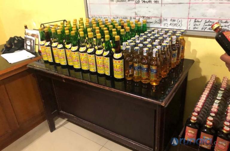 Ratusan botol miras yang berhasil disita Satnarkoba Polres Pessel di sejumlah tempat di Pessel, Jumat malam (25/12). (Foto : Rio)