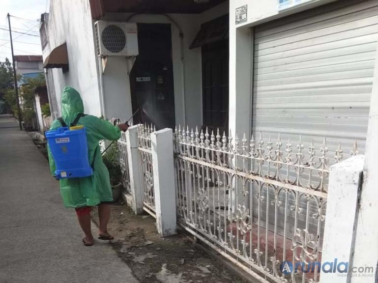 Petugas Kelurahan Surau Gadang, lakukan penyemprotan desinfektan pada rumah warga yang ada dilingkungan RW 06 Perumnas Siteba Padang, Selasa pagi (31/3). (Foto : Amz)