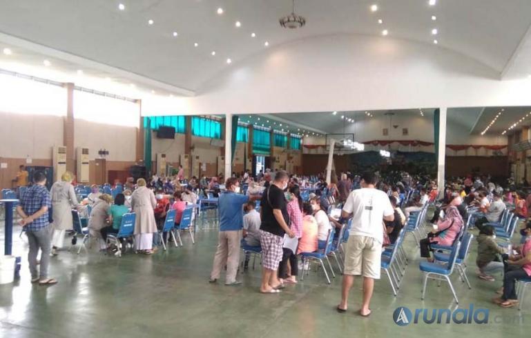 Ratusan warga antusias mengikuti vaksinasi massal yang diadakan HTT Padang, Senin (9/8). (Foto : Derizon)