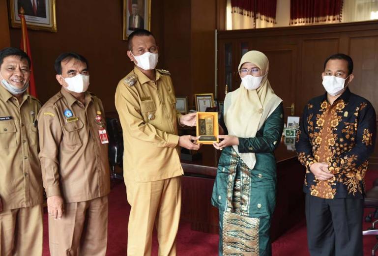 Rektor IAIN (Institut Agama Islam Negeri) Bukittinggi, Ridha Ahida bersama jajarannya menemui Wali Kota Pariaman, Genius Umar, Senin siang (12/7). (Dok : Istimewa)