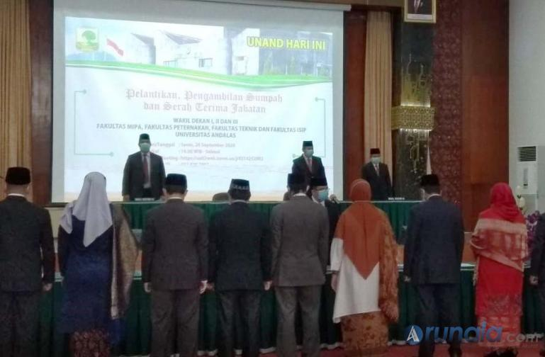 Rektor Unand Prof Dr Yuliandri, SH, MH saat melantik sejumlah Wakil Dekan yang baru di gedung Convention Hall Unand, Senin (28/9). (Foto : Iha)