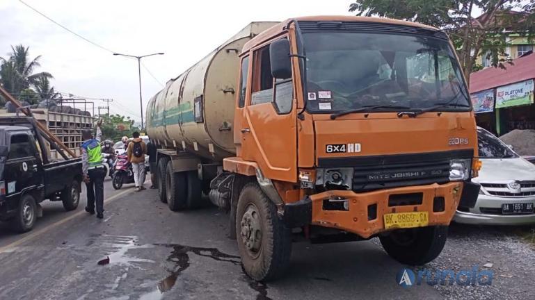 Truk CPO yang seruduk sejumlah kendaraan akibat alami rem blong, di perempatan By Pass Sungai Sapih, Kuranji, Kota Padang, Kamis siang (28/1). (Foto : Can)