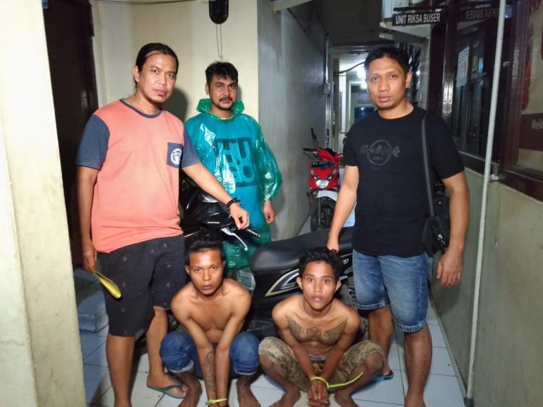 Dua pelaku Curanmor terduduk pasrah setelah ditangkap Tim Opsnal Satreskrim Polresta Padang, Selasa malam (16/6). (Dok : Istimewa)